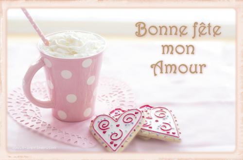 Un café crème et gâteaux en forme de coeur pour déclarer son amour