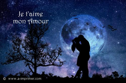 Deux amoureux s'embrassent devant la lune.