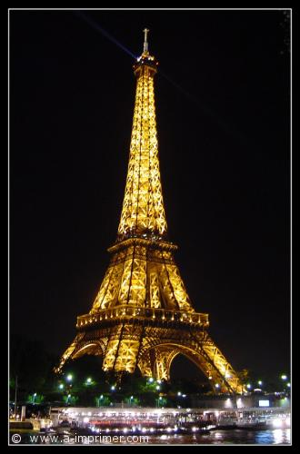 Carte postale de nuit, de la tour Effel éclairée à Paris.