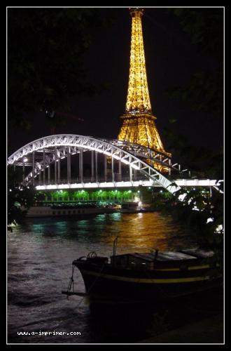 Carte postale de la tour Effel éclairée, de nuit, à Paris.