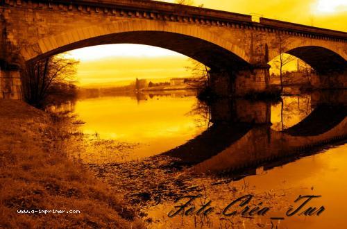 Carte postale d'un pont de nuit.
