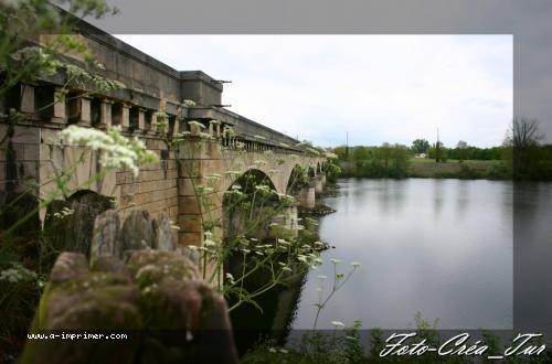 Carte postale d'un pont sur l'eau.