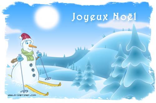 Un bonhomme de neige fait du ski dans la neige. Pour souhaiter un Joyeux Noël.