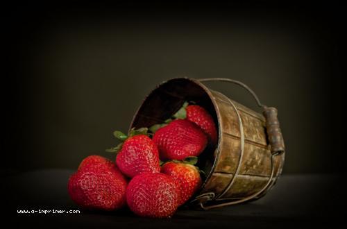 Carte postale d'un petit panier de fraises.