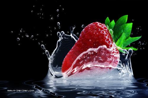 Une fraise qui tombe dans l'eau