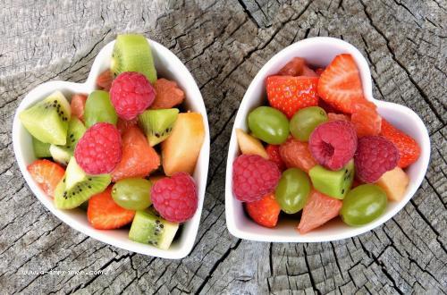 Deux coupes de salade de fruits en forme de coeur