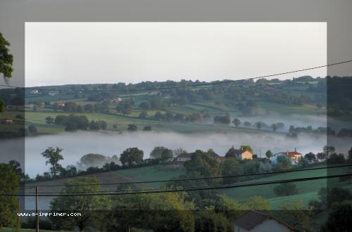 Carte postale d'un joli paysage brumeux.